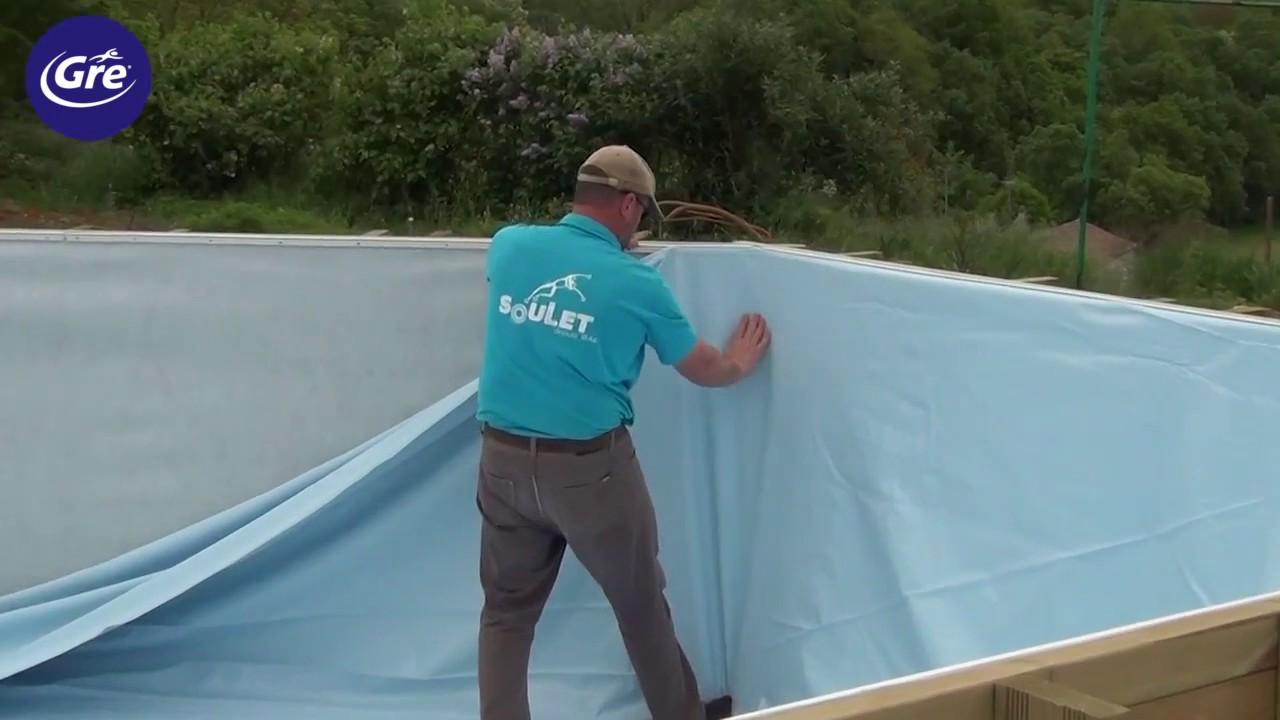 Hombre montando piscina madera Gre