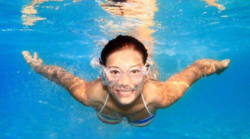 niña dentro de la piscina que no le pican los ojos