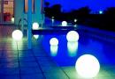 piscina iluminada con esferas flotantes