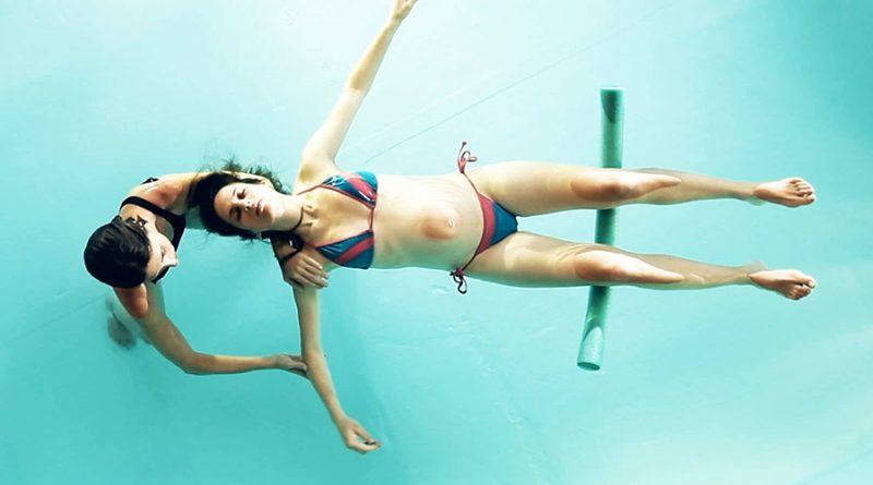 Practicar watsu en la piscina