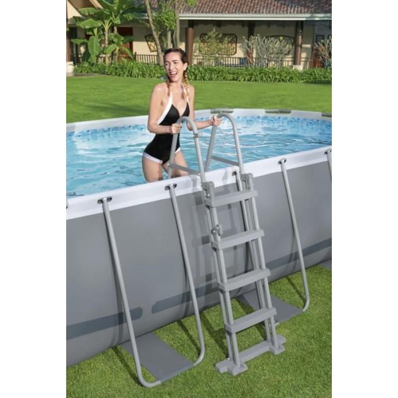 Escalera de seguridad para piscinas sobre el suelo