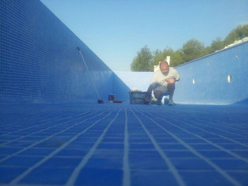 C mo se coloca el gresite en una piscina outlet piscinas - Como poner gresite ...