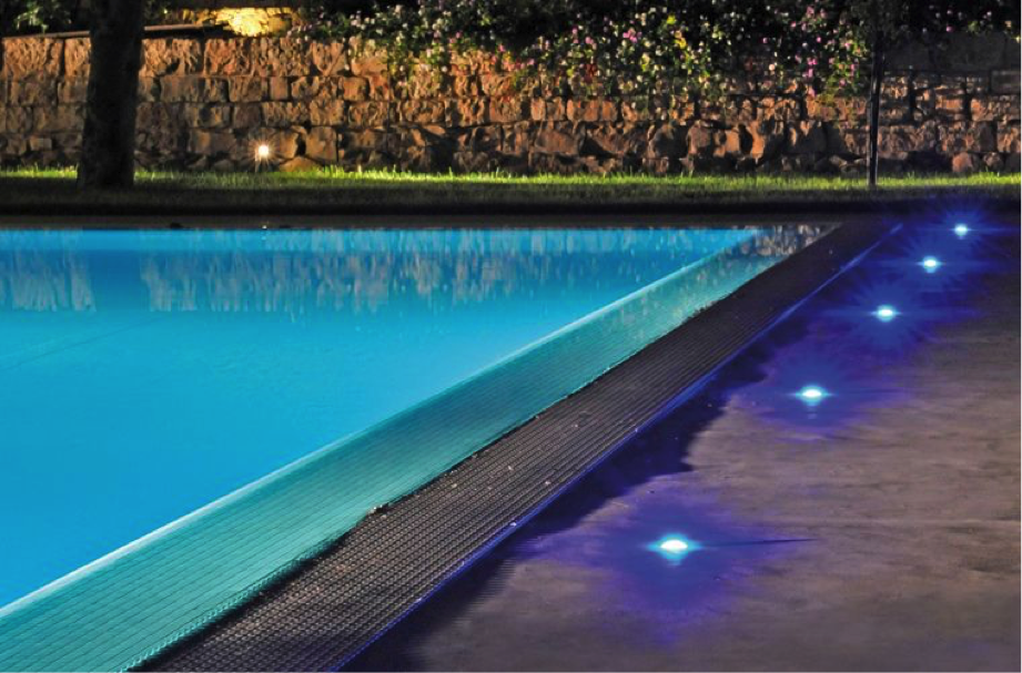 C mo iluminar una piscina outlet piscinas for Luces para piscinas