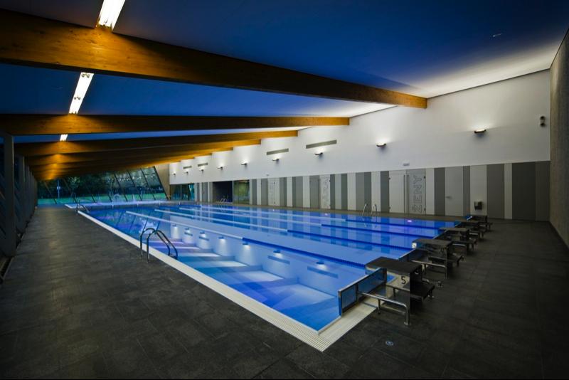 C mo iluminar una piscina outlet piscinas for Iluminacion de piscinas